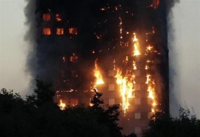 Grattacielo in fiamme a Londra (Twitter)