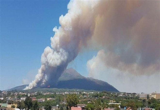 Ultime Notizie, incendi sul Vesuvio - La Presse
