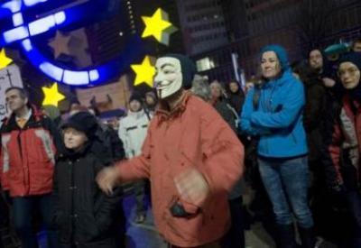Un manifestante con la maschera di Guy Fawkes