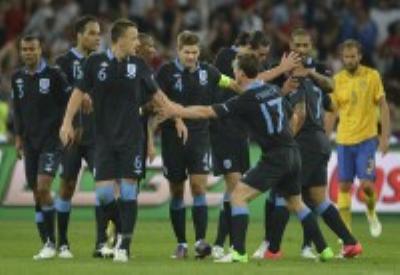 L'esultanza dei giocatori inglesi dopo la vittoria sulla Svezia, fondamentale per rimanere in corsa (INFOPHOTO)