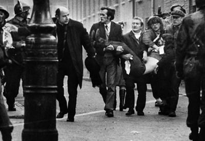 Edward Daly, a sinistra, con in mano il fazzoletto bianco (Foto telegraph.co.uk)