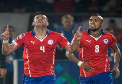 Mauricio Isla, 27 anni, esulta dopo il gol della vittoria (INFOPHOTO)