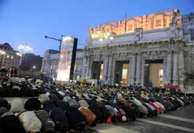 Islamici in preghiera davanti alla Stazione Centrale (InfoPhoto)