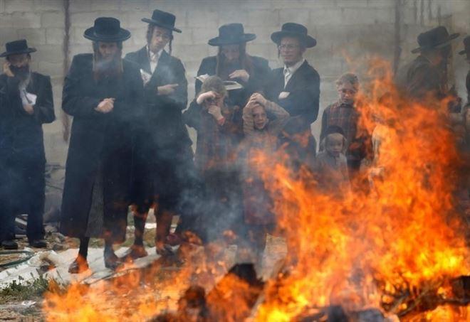 Ebrei ortodossi si preparano alla pasqua ebraica (LaPresse)