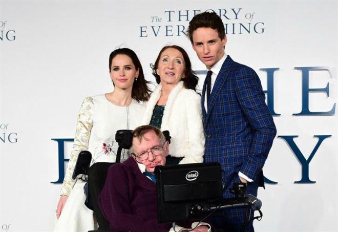 Jane e Stephen Hawking con gli attori Felicity Jones e Eddie Redmayne