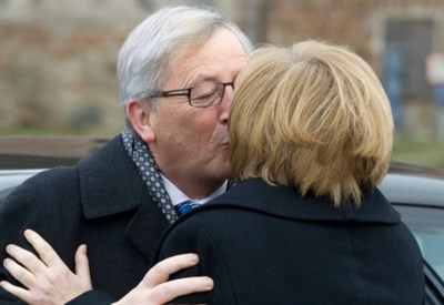 Jean-Claude Junker e Angela Merkel (Infophoto)