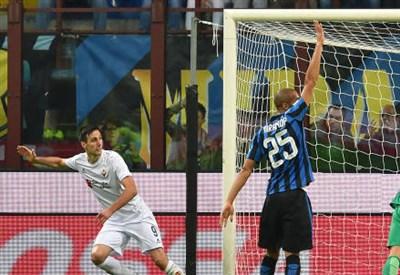 Nikola Kalinic (sinistra), 28 anni e Joao Miranda, 31, nel match d'andata tra Inter e Fiorentina (INFOPHOTO)