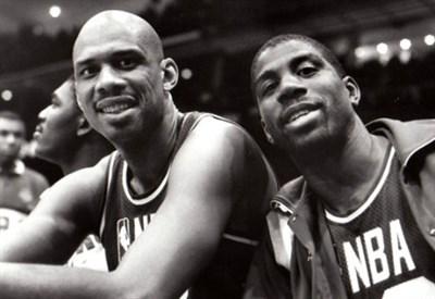 Kareem Abdul Jabbar (S) con Magic Johnson (Immagine dal web)