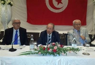 Hamed Karoui (al centro) con due collaboratori