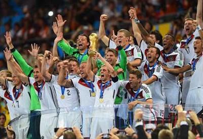 Philipp Lahm solleva al cielo la Coppa del Mondo 2014 (dal profilo Twitter ufficiale @FIFAWorldCup)