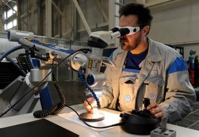 Un ricercatore mentre studia i raggi infrarossi