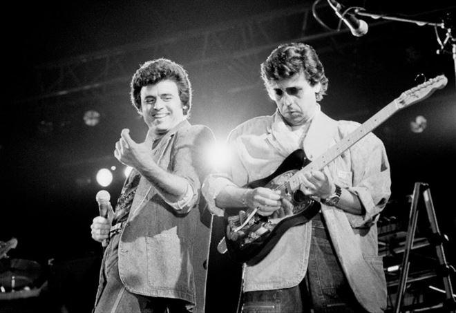 Little Tony con il fratello Enrico sul palco