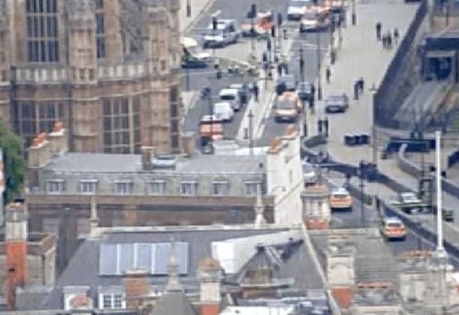 Auto contro Parlamento a Westminster (Foto: Twitter Bbc)