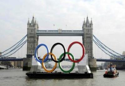 I cerchi olimpici sul Tamigi (Infophoto)