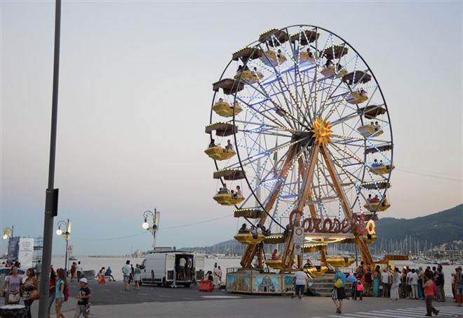 Cade dalla giostra del Luna Park (Foto: da Pixabay)
