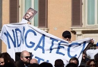 Protesta di M5S davanti a Montecitorio (Infophoto)