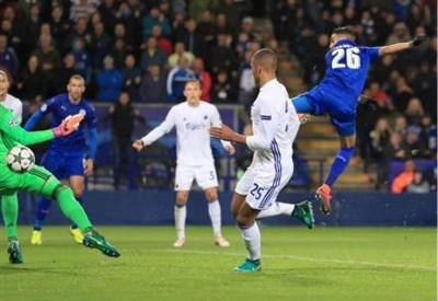 L'algerino Rihad Mahrez (a destra), 25 anni, firma il gol partita (LAPRESSE)