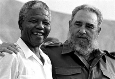 Fidel Castro con Nelson Mandela (LaPresse)
