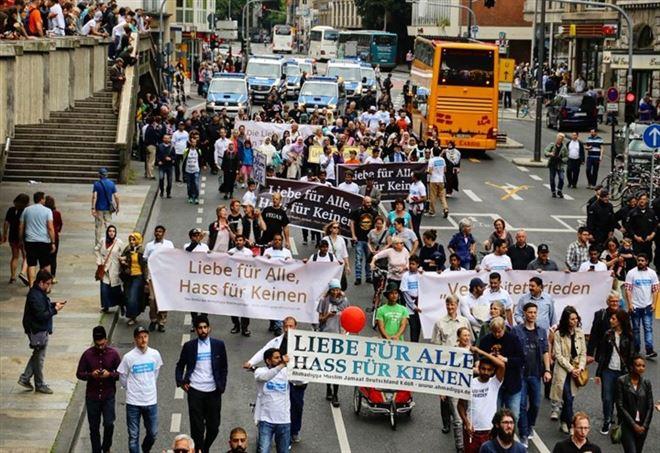 Musulmani in marcia contro il terrorismo (Foto da Twitter)