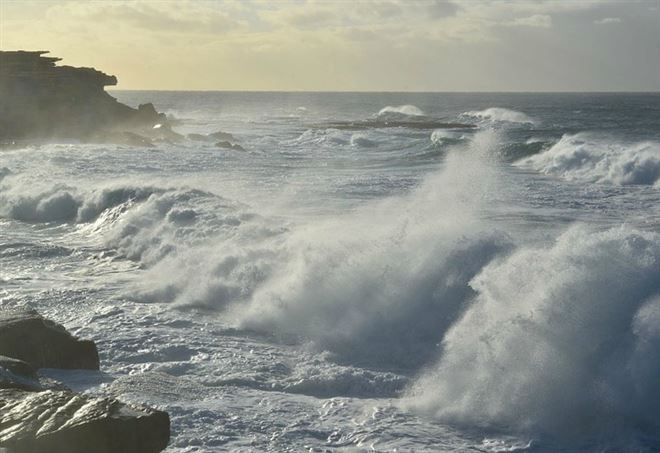 Salva 3 bambini, anziano annega in mare,gravissima una donna
