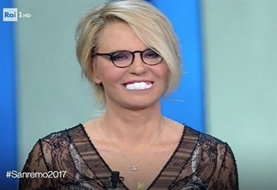 http://www.ilsussidiario.net/img/_THUMBWEB/maria_de_filippi_denti._thumb400x275.jpg