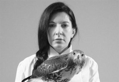 Marina Abramovic, Portrait with falcon (2011) (Foto Sean Kelly Gallery, New York)