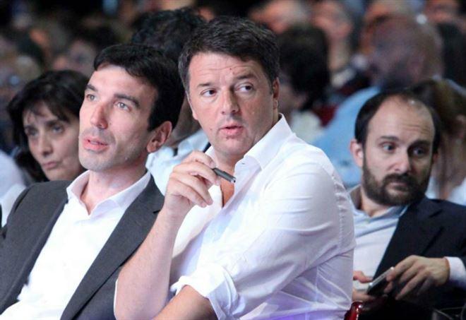 Maurizio Martina con Matteo Renzi. Dietro, Matteo Orfini (LaPresse)