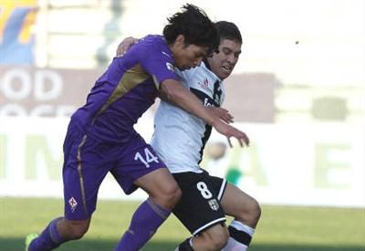 Mati Fernandez (sinistra), 29 anni, cileno della Fiorentina e José Mauri, 18, italo-argentino del Parma (INFOPHOTO)