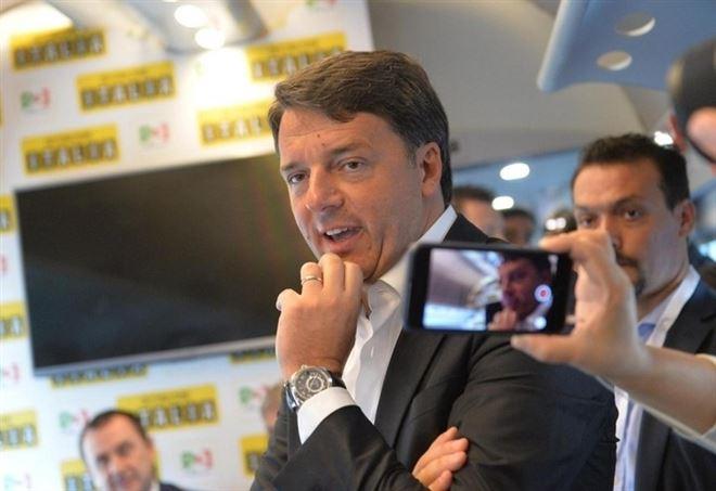 Matteo Renzi sul treno (LaPresse)