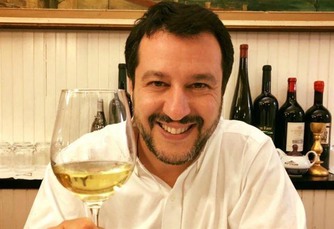 matteo_salvini_brindisi_vino_bicchiere_e