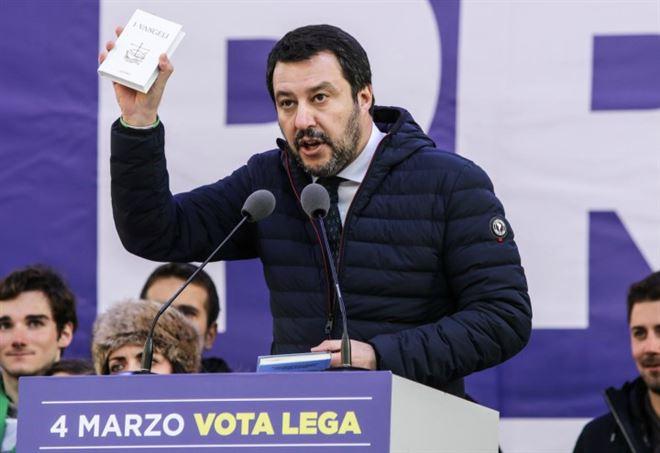 Matteo Salvini e il giuramento col Vangelo (Foto da Lapresse)