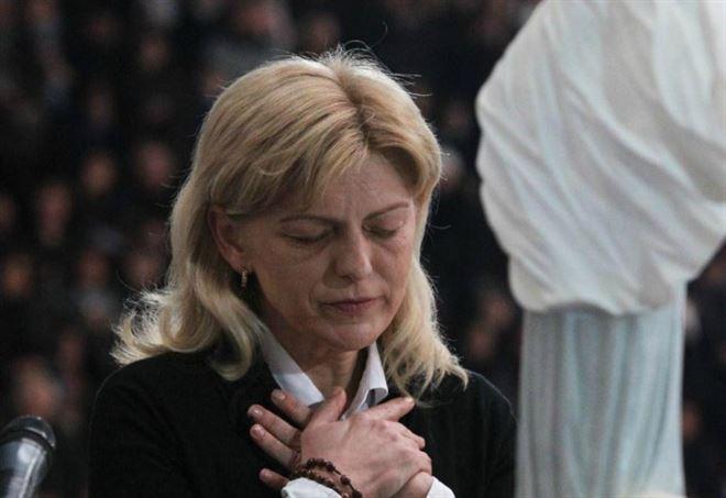 Pregando la Madonna di Medjugorje (LaPresse)
