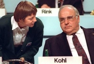 Helmut Kohl (D) e Angela Merkel nel 1991 (Infophoto)