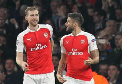 Il difensore tedesco Per Mertesacker (sinistra), 31 anni e l'attaccante francese Olivier Giroud, 29 (INFOPHOTO)