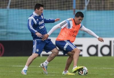 Lionel Messi (sinistra), 27 anni ed Enzo Perez, 28, in allenamento (INFOPHOTO)