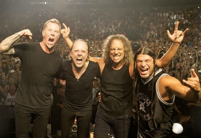 Metallica, James Hetfield scivola in una botola sul palco di Amsterdam