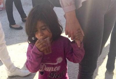 Bambina in un campo profughi in Grecia (Foto Mario Mauro)
