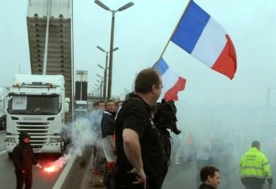 Tafferugli a Calais, in Francia (LaPresse)