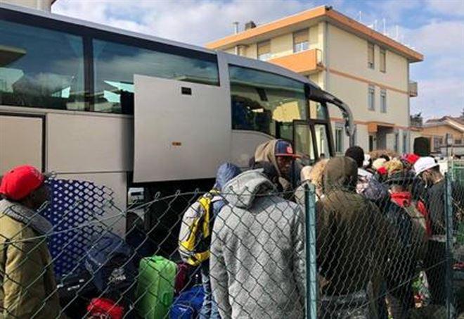 I migranti di Gallarate spediti a Milano