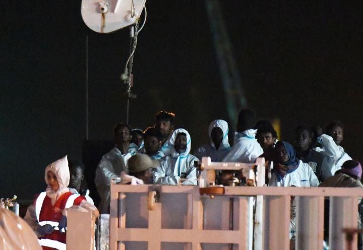 Migranti 450 sbarcati a pozzallo hotspot pieno ultime for Gruppo inventa pozzallo