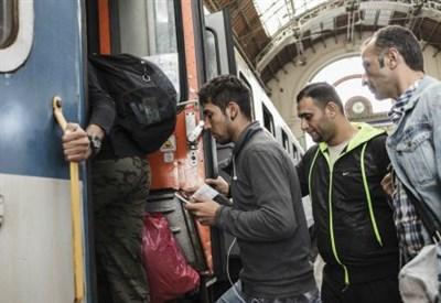 In partenza dall'Ungheria per l'Austria (Infophoto)
