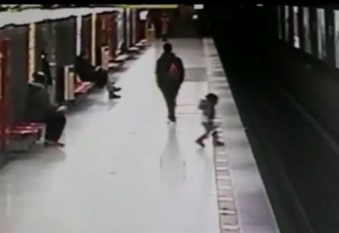 Il bambino ripreso dalle telecamere poco prima di cadere (Foto dal web)