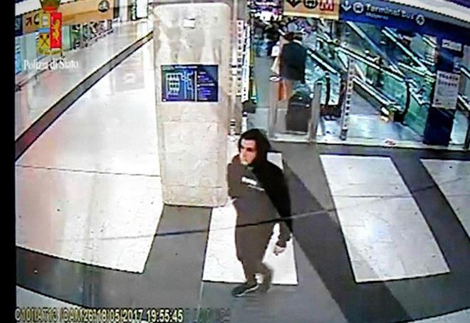 Ismail Tommaso Hosni ripreso dalle telecamere a Milano (LaPresse)