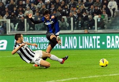Il gol di Diego Milito in Juventus-Inter (Infophoto)