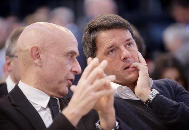 Il ministro dell'Interno Marco Minniti con il leader Pd Matteo Renzi (LaPresse)