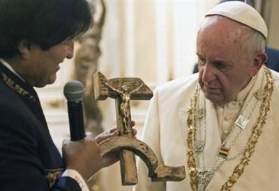 Evo Morales e il dono a papa Francesco (Infophoto)