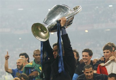 José Mourinho alza la Champions League 2010 con l'Inter (Infophoto)