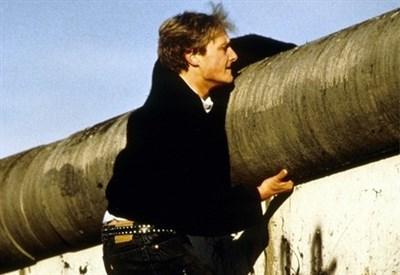 (Ri)scavalcare il muro di Berlino? (Infophoto)