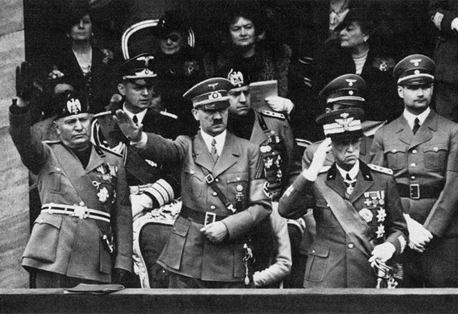 Vittorio Emanuele III (a destra) con Hitler e Mussolini a Roma nel 1938 (Foto Wikipedia)