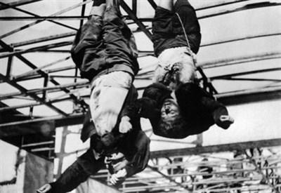 I cadaveri di Mussolini e della Petacci esposti a Milano (Immagine dal web)